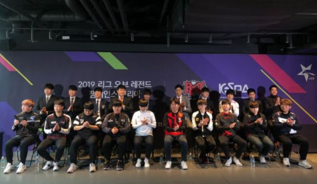 "Captains and coaches of the 10 teams competing in ""2019 LCK Spring"" (Lim Jeong-yeo/The Korea Herald)"
