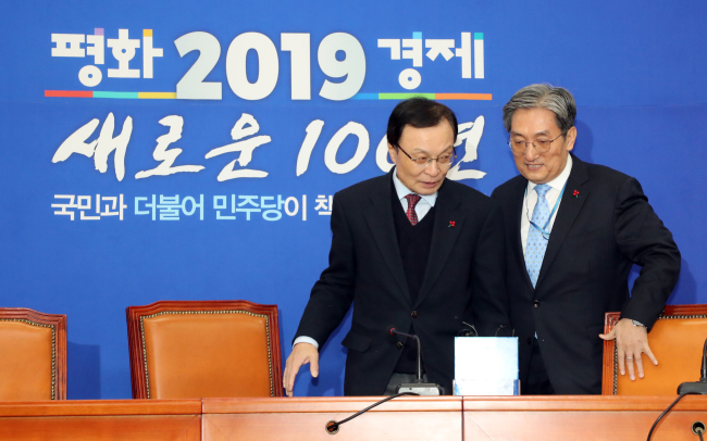 Democratic Party leader Lee Hae-chan (left) met with new presidential chief of staff Noh Young-min upon his courtesy call on the National Assembly on Friday. (Yonhap)