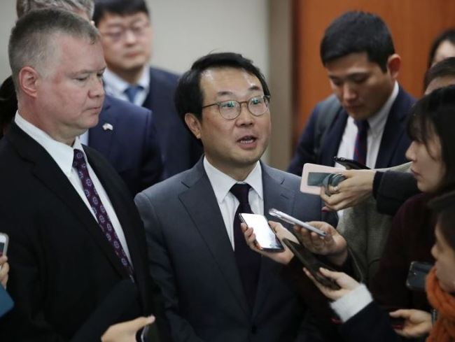 Lee Do-hoon (R), South Korean envoy on North Korea`s nuclear weapons, answers reporters` questions after holding the second working group meeting with his US counterpart Stephen Biegun (L), the top US diplomat on North Korea, at the foreign ministry in Seoul on Dec. 21, 2018. (Yonhap)
