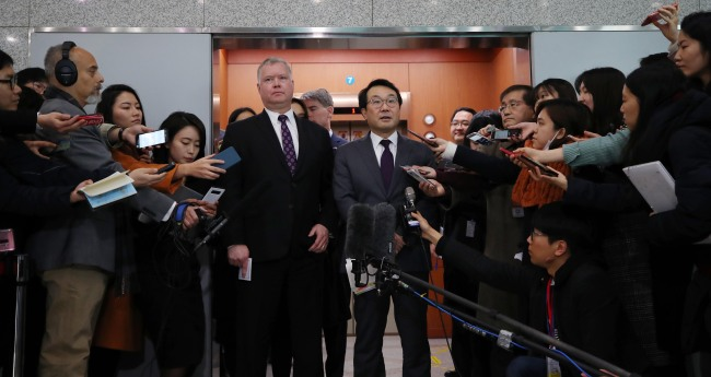 Lee Do-hoon (Right), Seoul's top nuclear envoy, and his American counterpart, Stephen Biegun, talk to reporters on Dec. 21, 2018, in this file photo, after their second round of