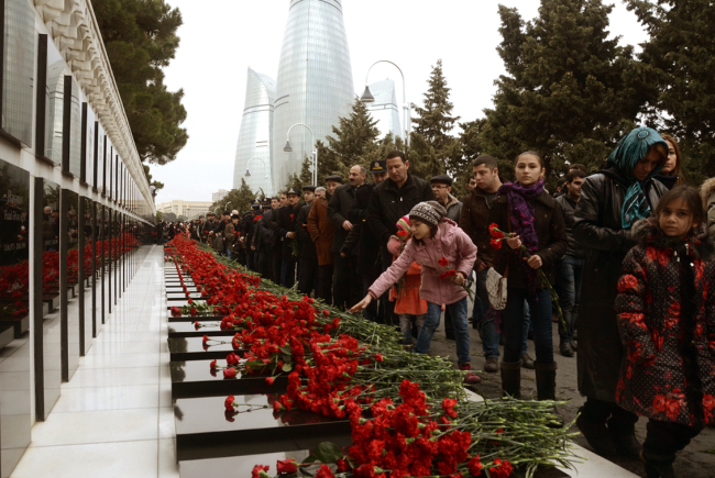Azerbaijani citizens lay wreaths at the Martyrs' Avenue in Baku in commemoration of the Black January martyrdom. (Azerbaijani Embassy)