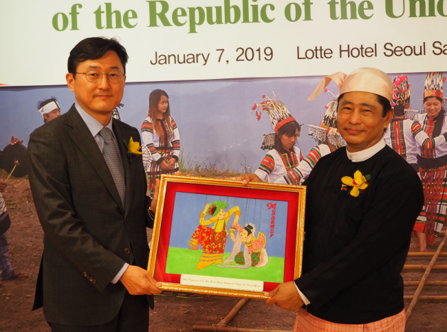 Myanmar's Ambassador Thura Thet Oo Maung (right) and Korean Deputy Minister for Political Affairs Yoon Soon-gu pose at the Burmese National Day reception in Seoul on Jan. 7. (Joel Lee / The Korea Herald)