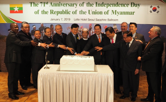 Foreign envoys take part in a cake-cutting ceremony at the Burmese National Day reception in Seoul on Jan. 7. (Joel Lee / The Korea Herald)