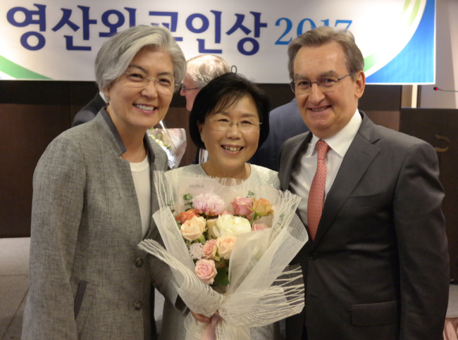 CICI President Choi Jung-wha poses with South Korean Foreign Minister Kang Kyung-wha (left) and her husband Didier Beltoise at the Yeongsan Diplomat Award ceremony in July last year. (CICI)