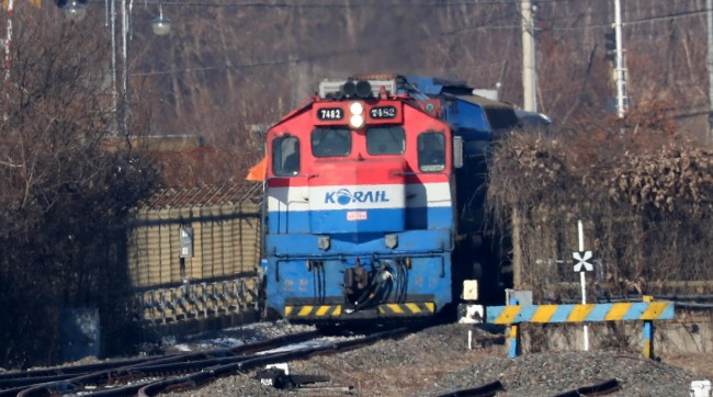 A South Korean train used for the joint inspection of inter-Korean railways last year enters Dorasan Station on Dec. 18. (Yonhap)
