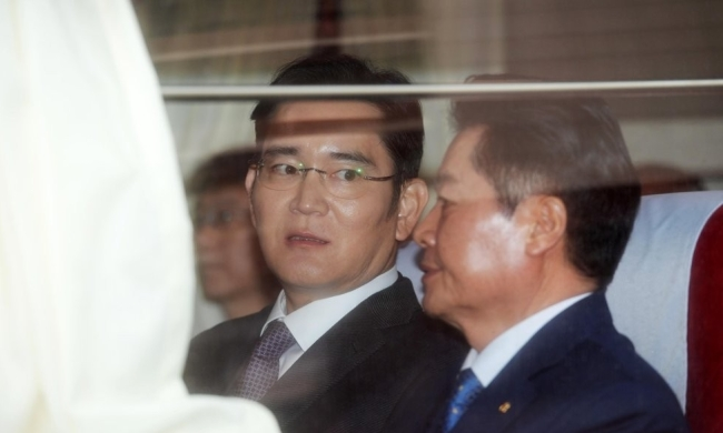Samsung Electronics' Vice Chairman Lee Jae-yong (left), National Agricultural Cooperative Federation`s chief Kim Byung-won (Yonhap)