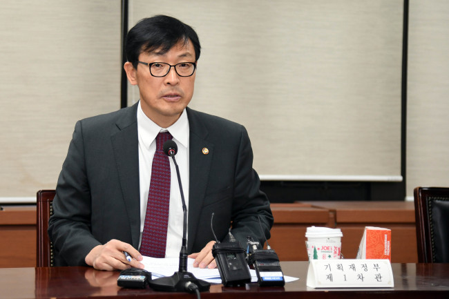 Lee Ho-seung, first vice minister of economy and finance, speaks Wednesday in a government meeting to discuss the possible impact of the British parliament's latest rejection of the proposed government deal on Brexit. (Ministry of Economy and Finance)