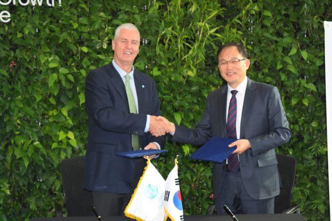GGGI director Frank Rijsberman (left) and KFS Deputy Minister Park Chong-ho (GGGI)