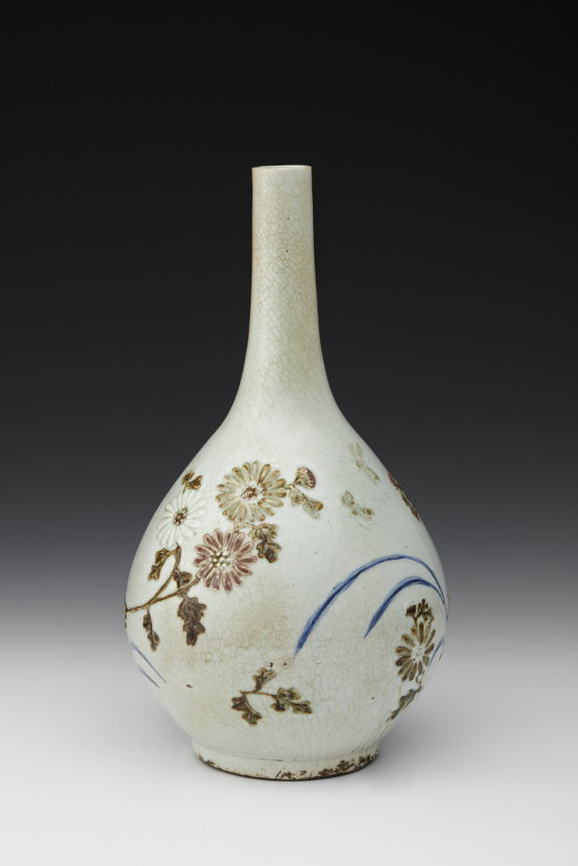 """Blue-and-White Porcelain Bottle With Chrysanthemum Design in Underglaze Iron and Copper"" / Kansong C&D"