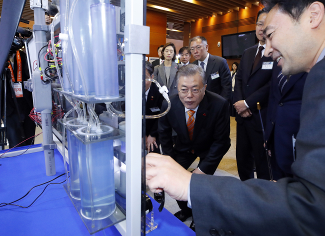 President Moon Jae-in observes fuel-cell displays in Ulsan on Thursday. (Yonhap)