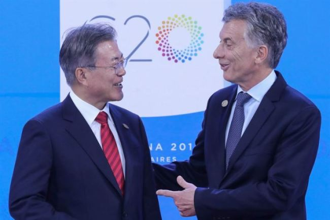 President Moon Jae-in (left) is welcomed by Argentina`s President Mauricio Macri at Costa Salguero in Buenos Aires during the G20 Leaders` Summit in December 2018. (AFP-Yonhap)