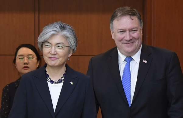 Foreign Minister Kang Kyung-wha (left) and US Secretary of State Mike Pompeo (Yonhap)