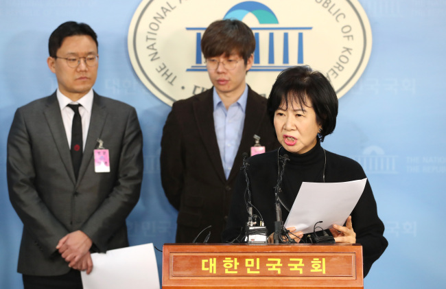 Rep. Sohn Hye-won (right) speaks at a press conference at the National Assembly on Monday and revealed additional allegations of sexual misconduct in Korea's skating community. Yeo Jun-hyung (center), leader of the Young Skater Association, and lawyer Park Ji-hoon (left) are seen in the picture. (Yonhap)