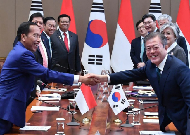 South Korean President Moon Jae-in (right) and Indonesian President Joko Widodo shake hands during a summit in Seoul in September 2018. (Indonesian Embassy)