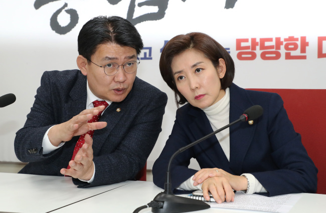 Main opposition Liberty Korea Party floor leader Na Kyung-won (right) attends the party's second meeting on the North Korea- US summit on Monday. (Yonhap)
