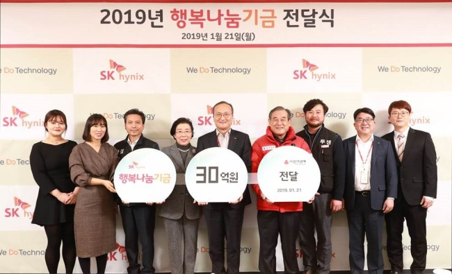 SK hynix CEO Lee Seok-hee (fifth from left) poses after celebrating the donation of the fund on Monday. (SK hynix)