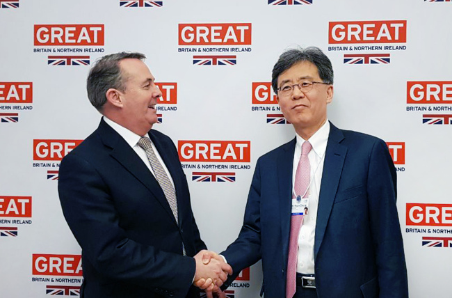 Ministry of Industry, Trade, and Energy Trade Minister Kim Hyun-chong (right) and his counterpart Liam Fox (Yonhap)
