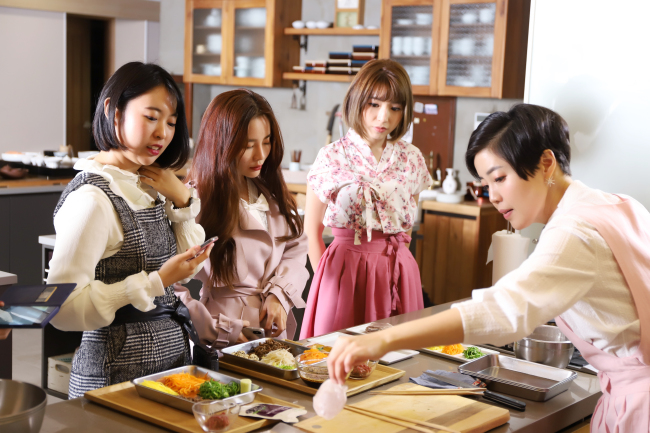 Participants in CheongKwanJang cooking classes learn how to make dishes with red ginseng. (KGC)