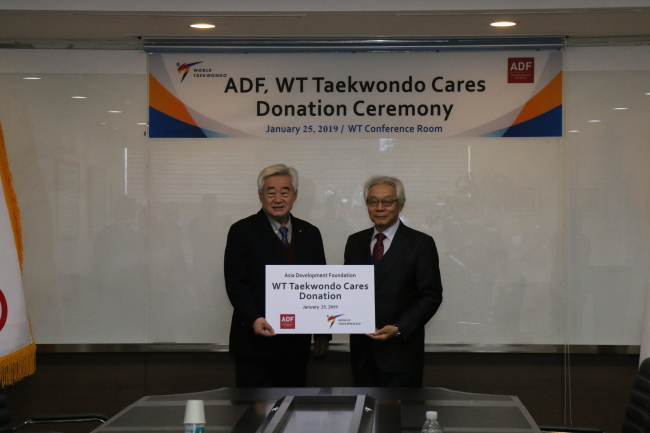 WT President Choue Chung-won (left) poses with Cho Nam-chul, executive director of the Asia Development Foundation, at the WT headquarters in Seoul on Friday. (World Taekwondo)