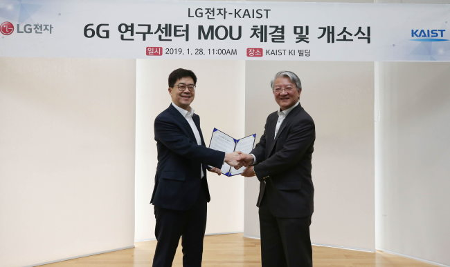 LG Electronics Chief Technology Officer Park Il-pyung (left) shakes hands with dean Lee Sang-yup at KAIST Institute in Daejeon on Monday. (LG Electronics)