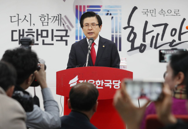 Former Prime Minister Hwang Kyo-ahn declared his bid to run in the main opposition party's convention next month at the Liberty Korea Party's office on Tuesday. (Yonhap)