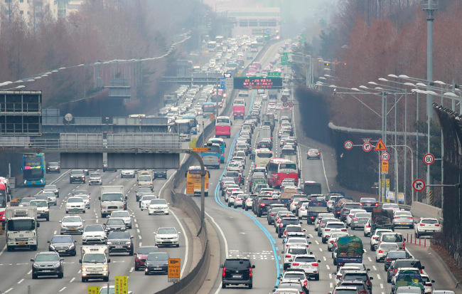 Traffic is congested in Jamwon, south of Seoul, on the Seoul-Busan Highway on Friday, the eve of the Lunar New Year holiday. Lunar New Year's Day, which falls on Feb. 5 this year, is a time for family reunions, with Koreans traditionally offering a ritual feast to their ancestors. (Yonhap)