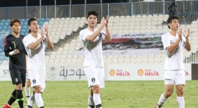 This file photo taken Dec. 31, 2018, shows South Korea's Ki Sung-yueng (center) and Koo Ja-cheol (right) clapping the fans after an international friendly match against Saudi Arabia at Baniyas Stadium in Abu Dhabi, the United Arab Emirates. (Yonhap)