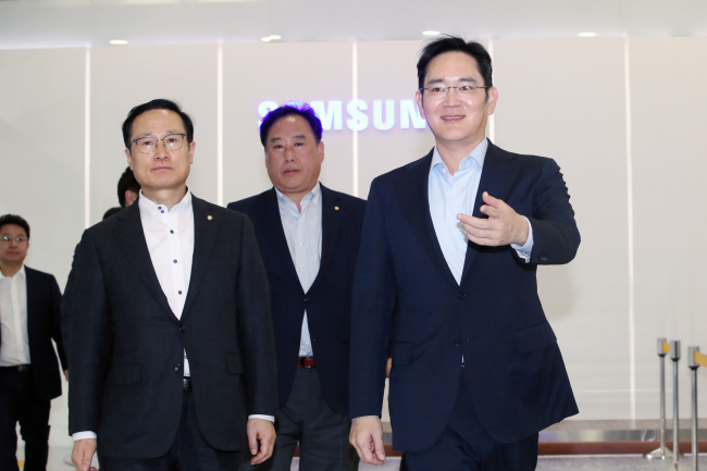 Samsung Vice Chairman Lee Jae-yong (right) greets Rep. Hong Young-pyo, floor leader of the Democratic Party of Koreaat the company's semiconductor division headquarters in Hwaseong, Gyeonggi Province, on Jan. 30. (Yonhap)