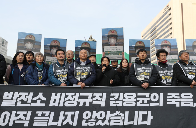 Deceased Kim Yong-gyun`s mother (center) speaks out about the dangerous working conditions of subcontracted workers earlier this week at Gwanghwamun Square, northern Seoul. (Yonhap)