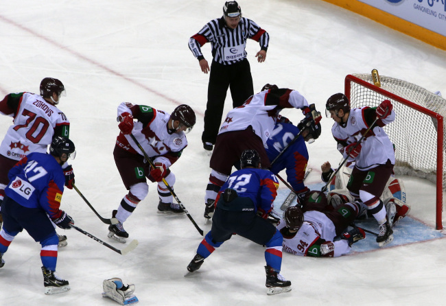 Players for South Korea (in blue) and Latvia battle for the loose puck in front of the Latvian net during the opening match of the Legacy Cup men`s hockey tournament at Gangneung Hockey Centre in Gangneung, 230 kilometers east of Seoul, on Feb. 6, 2019. (Yonhap)