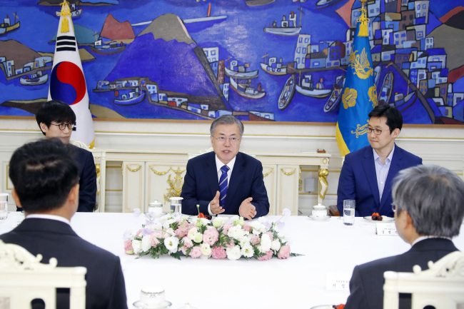 President Moon Jae-in speaks with leaders of major startup companies at the presidential office in Seoul on Thursday. Yonhap