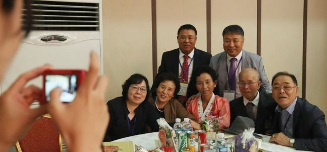 In this file photo, taken on Aug. 24, 2018, members of a family separated by the 1950-53 Korean War pose for a photo at a hotel at North Korea`s Kumgang Mountain resort on the east coast as part of inter-Korean family reunions. The inter-Korean reunion of separated families was the first of its kind in nearly three years. (Pool photo) (Yonhap)