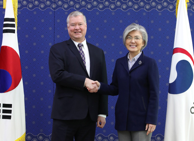 South Korean Foreign Minister Kang Kyung-wha shakes hands with US Special Representative for North Korea Stephen Biegun at the Government Complex Seoul, Saturday. (Yonhap)