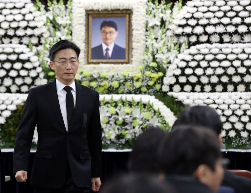Lee Guk-jong, head of the trauma center at Ajou University Hospital, pays his respects to Yoon Han-deok, head of the National Emergency Medical Center, at Yoon's funeral in Seoul on Sunday. (Yonhap)
