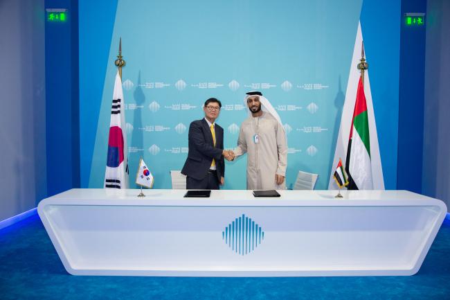 Kim Ki-hyun(left), chief of KITA's UAE regional office and Dubai Future Foundation CEO Khalfan Belhoul