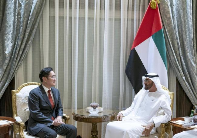 Samsung Vice Chairman Lee Jae-yong holds a discussion with Crown Prince Mohammed bin Zayed Al-Nahyan in Abu Dhabi on Monday. (Yonhap)