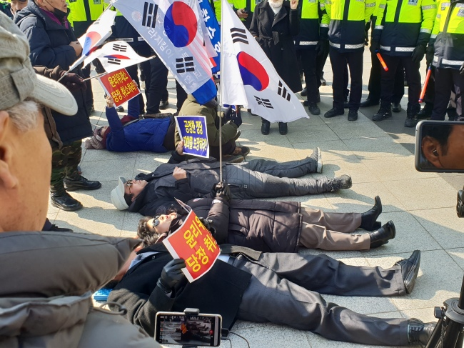 Members of the far-right taeguekgi group rallied at the National Assembly in support of Rep. Kim Jin-tae on Tuesday. (Photo by Kim Bo-gyung/ The Korea Herald)