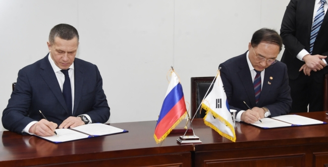 Hong Nam-ki (R), the minister of economy and finance, and Russian Deputy Prime Minister Yuri Trutnev sign an action plan on the