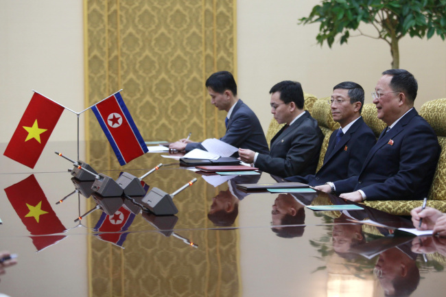 North Korea Foreign Minister Ri Su Yong, right, meets the delegation of the Vietnamese Foreign Ministry led by Vietnam`s Deputy Prime Minister Pham Binh Minh at the Mansudae Assembly Hall in Pyongyang, North Korea, Wednesday, Feb. 13, 2019. (AP-Yonhap)