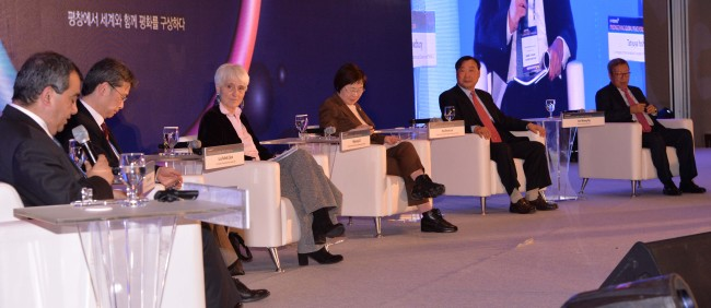 IPB co-President Lisa Clark (third from left) attends a roundtable talk at the PyeongChang Global Peace Forum 2019 in PyeongChang, Gangwon Province, on Feb. 9. (Chung Hee-cho/The Korea Herald)