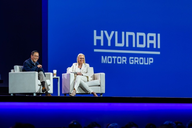 TECH TREND TALK WITH TED -- Chung Tae-young or Ted, vice chairman of Hyundai Capital and Hyundai Card, sits with IBM Chairperson and CEO Ginni Rometti at the IBM Think 2019 event in San Francisco on Tuesday. The Chairman's Address, during which the IBM chief shares insights with a selected business pioneer, is the most popular segment of the annual tech event. (Hyundai Capital Services)