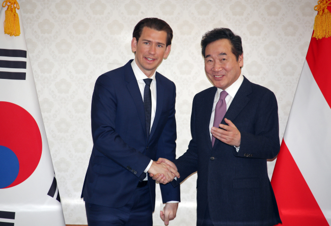 South Korean Prime Minister Lee Nak-yon (right) shakes hands with Austrian Chancellor Sebastian Kurz (Yonhap)