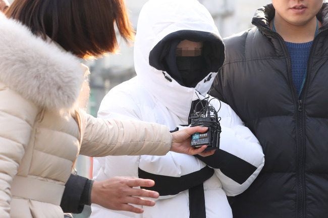 An employee of the club Burning Sun known as Anna, who has been accused of selling and distributing drugs, reports to the Seoul Metropolitan Police Agency's drug investigation unit in northern Seoul, Saturday morning. (Yonhap)