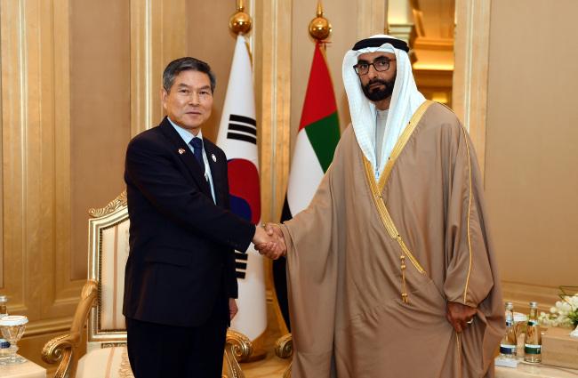 Defense Minister Jeong Kyeong-doo (left) and his counterpart Mohammed Ahmed Al-Bowardi (Yonhap)