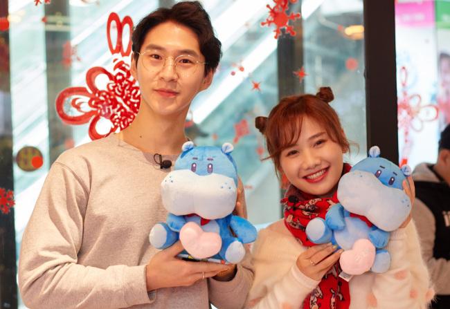 Korean YouTuber Banzz with Chinese internet celebrity Mizijun (DIA TV)