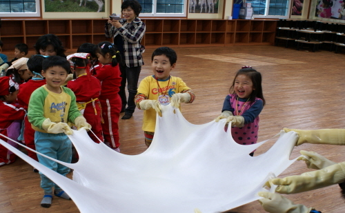 Children participate in a hands-on cheese-making program at Imsil Cheese Village. / Korea Tourism Organization