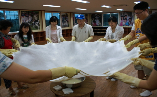 Visitors participate in a hands-on cheese-making program at Imsil Cheese Village. / Korea Tourism Organization