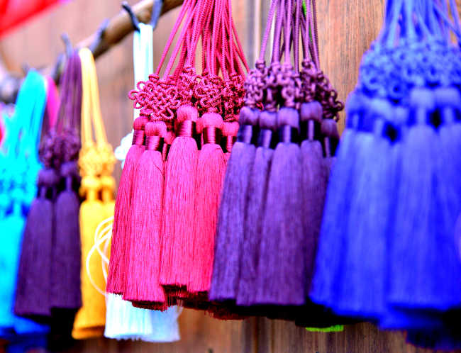 Shops near Donhwamunro sell traditional Korean crafts and clothing. (Park Hyun-koo/The Korea Herald)