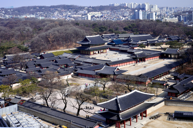 The palace Changdeokgung viewed from above. (Park Hyun-koo/The Korea Herald)