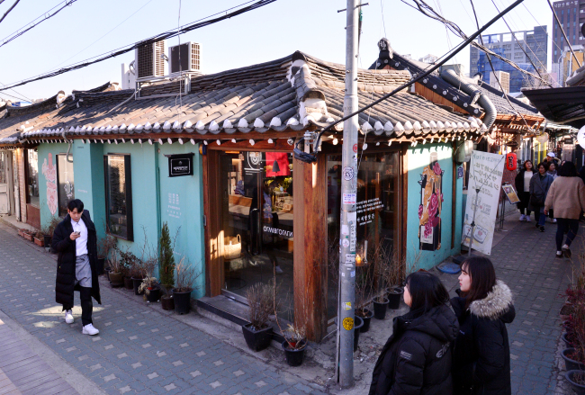 Ikseon-dong near Donhwamunro has many trendy restaurants, cafes and shops in traditional hanok buildings. (Park Hyun-koo/The Korea Herald)